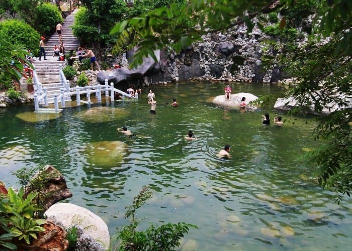 tắm suối núi thần tài