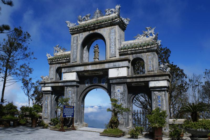 cổng chùa nơi tôn nghiêm
